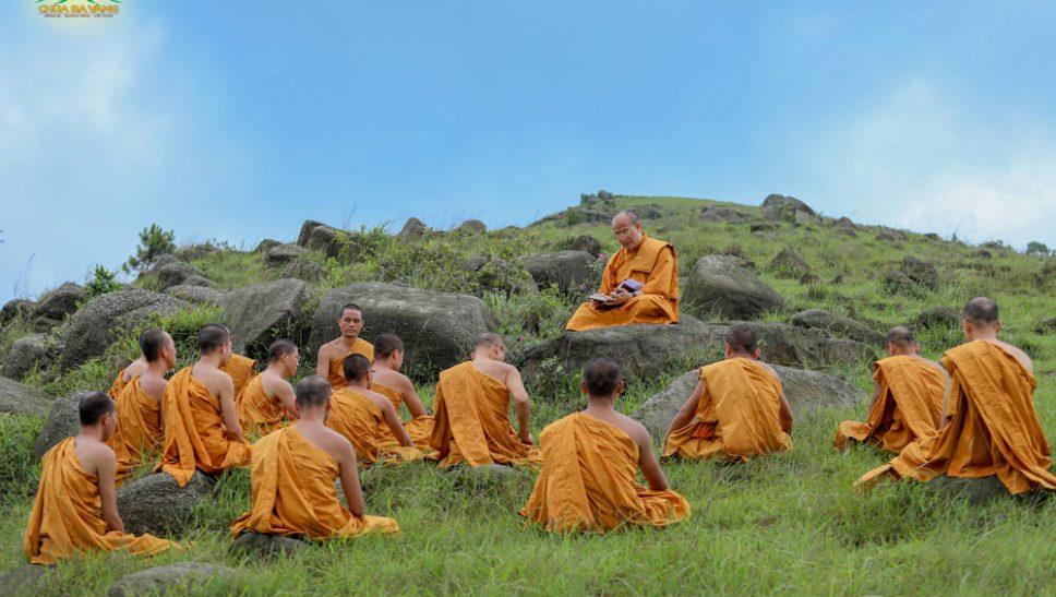 Chư Tăng chùa Ba Vàng tu tập trong rừng làm tròn hiếu đạo