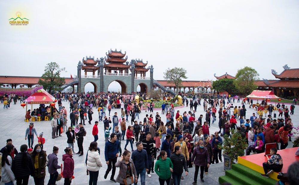 Hàng nghìn du khách thập phương về chùa hành hương lễ Phật