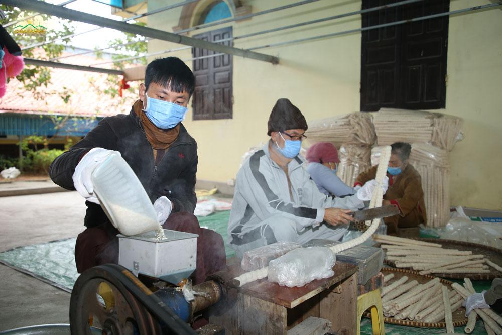 Các Phật tử đang làm rất nhiều bỏng gạo phục vụ du khách