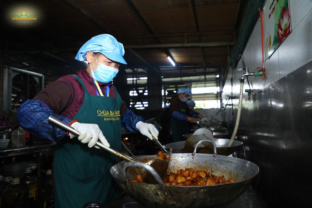 Các Phật tử trong ban Hậu cần đang chế biến những món ăn chay phục vụ đại chúng
