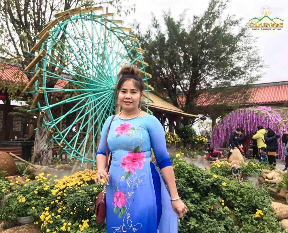 Chị Nguyễn Thị Liên chụp hình lưu niệm tại khu vực cối xoay nước
