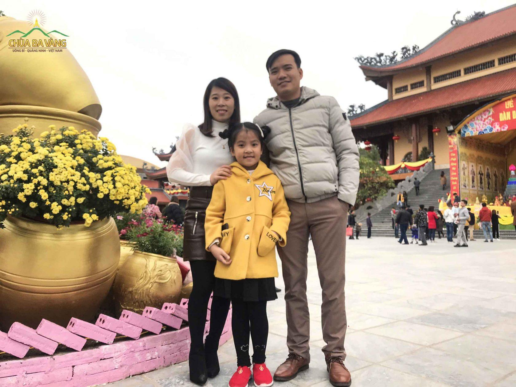Anh Nguyễn Phúc Diện chụp hình lưu niệm cùng gia đình tại chùa Ba Vàng