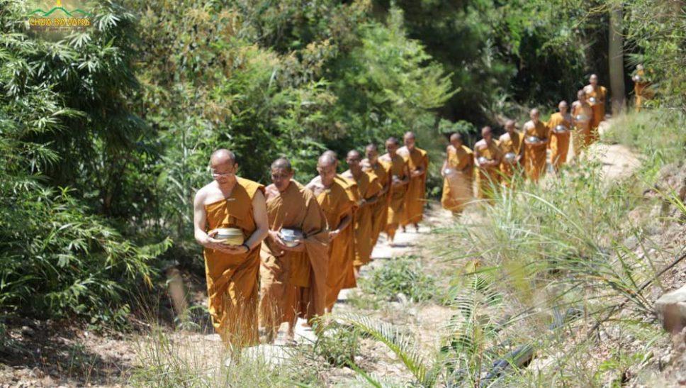 """""""3 biểu hiện khi Phật Pháp bị tiêu hoại"""" - Tăng, Ni, Phật tử cần làm gì?"""