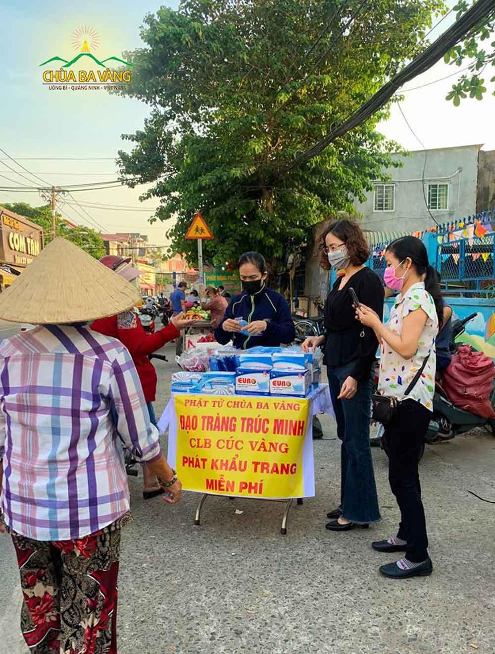 Các Phật tử chùa Ba Vàng sinh hoạt trong đạo tràng Trúc Minh phát khẩu trang miễn phí