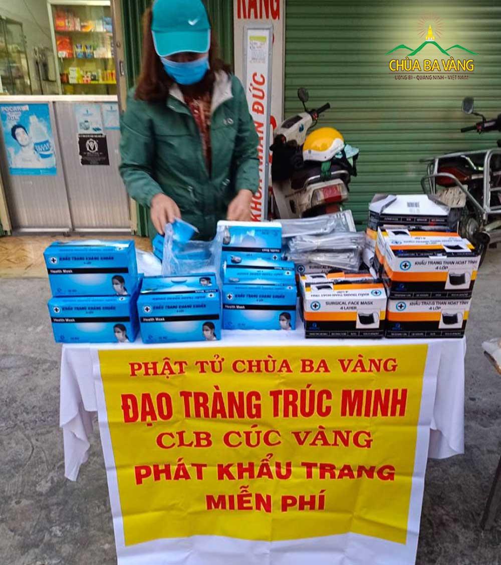 Các Phật tử trong đạo tràng Trúc Minh đã phát tạng hơn 4000 chiếc khẩu trang cho mọi người