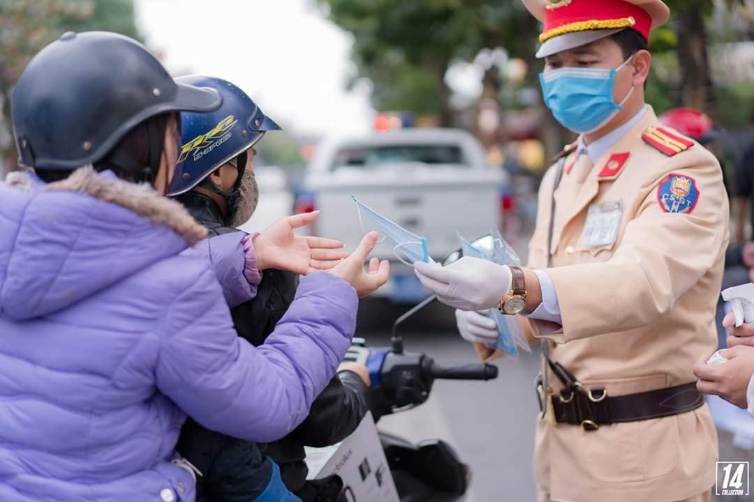 Đội cảnh sát giao thông công an thành phố Uông Bí phối hợp với Phật tử chùa Ba Vàng phát khẩu trang miễn phí cho người đi đường