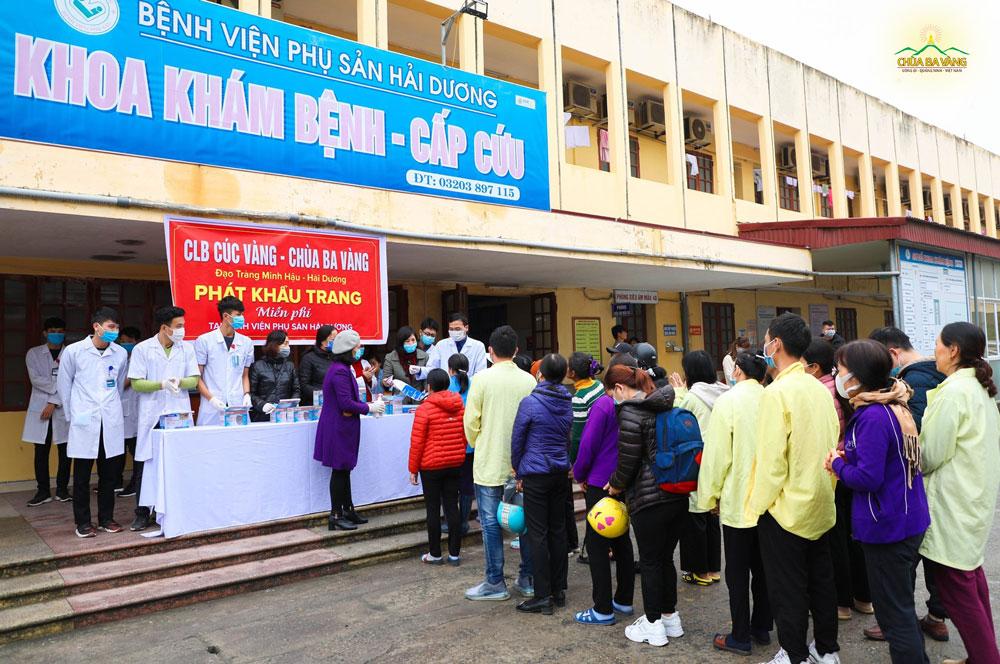 Đạo tràng Minh Hậu cùng các y bác sĩ Bệnh viện Phụ sản Hải Dương phát khẩu trang miễn phí tại Khoa khám bệnh - cấp cứu.
