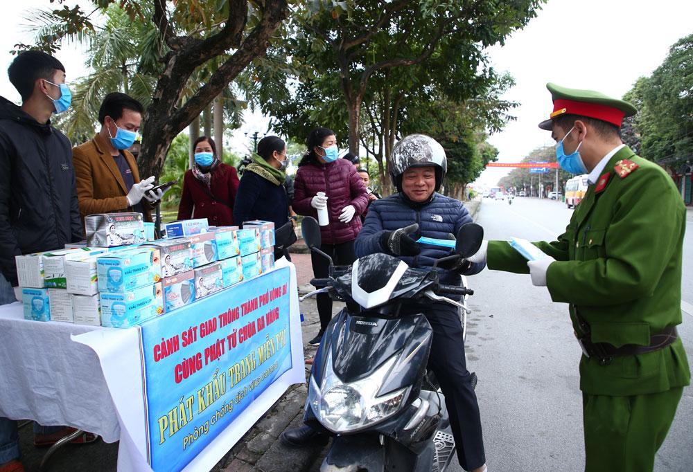 Cảnh sát giao thông chung tay cùng Phật tử chùa Ba Vàng phát khẩu trang miễn phí