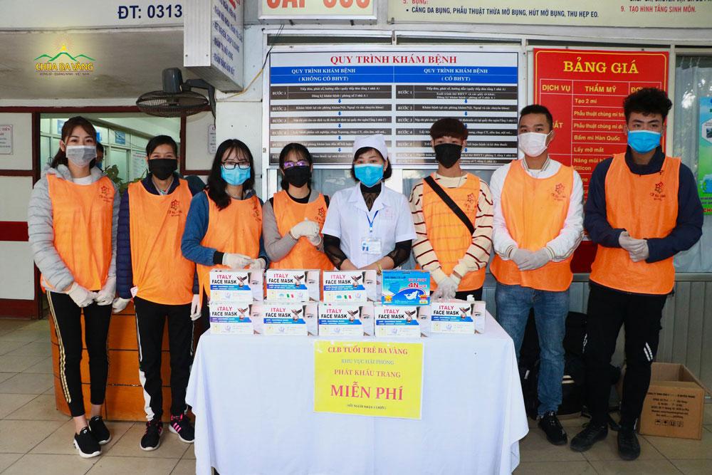 Các thành viên trong CLB Tuổi trẻ - khu vực Hải Phòng triển khai chương trình phát khẩu trang tại Bệnh viện Y Hải Phòng