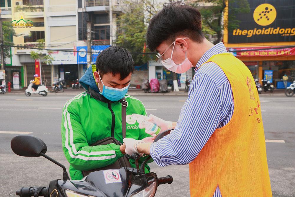 Ngoài chương trình phát khẩu trang miễn phí, các bạn trẻ còn hướng dẫn người dân sử dụng nước sát khuẩn tay để phòng tránh dịch bệnh virus Corona