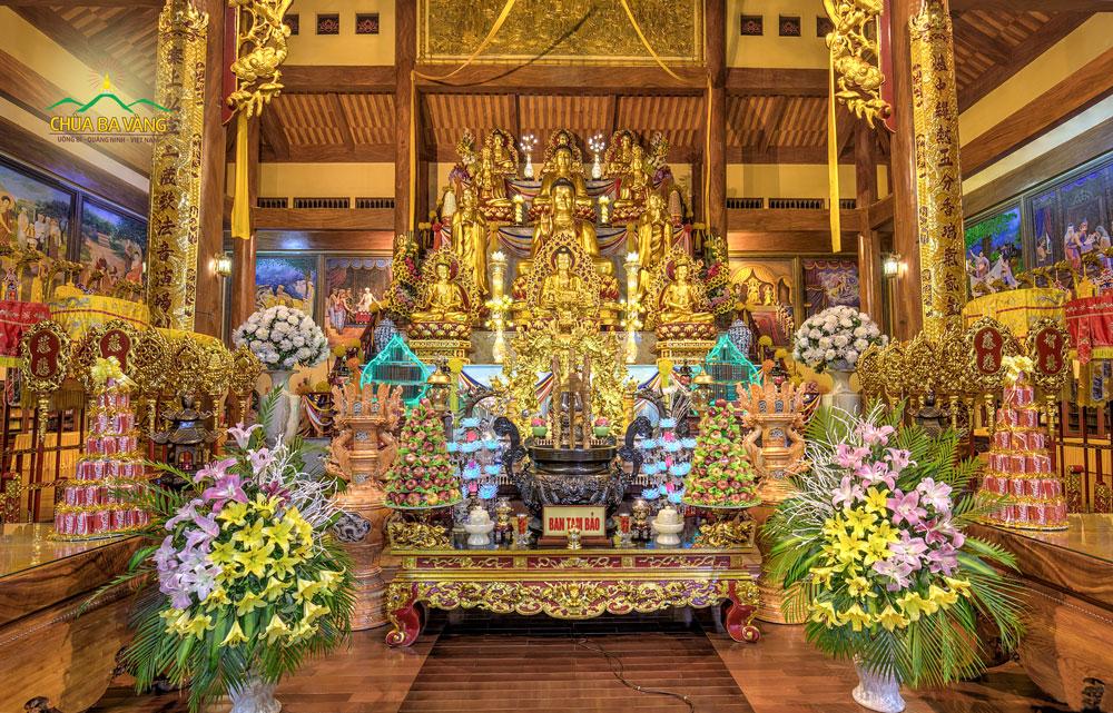 Ban Tam Bảo tại chính điện chùa Ba Vàng