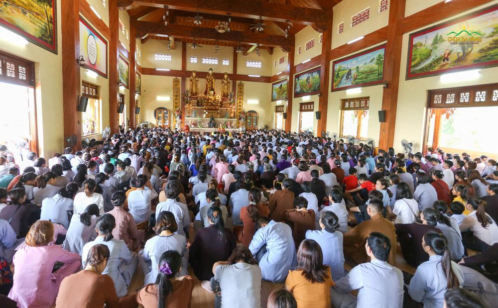 Vào mồng 8 hàng tháng, chùa Ba Vàng đều tổ chức lễ quy y cho hàng ngàn Phật tử