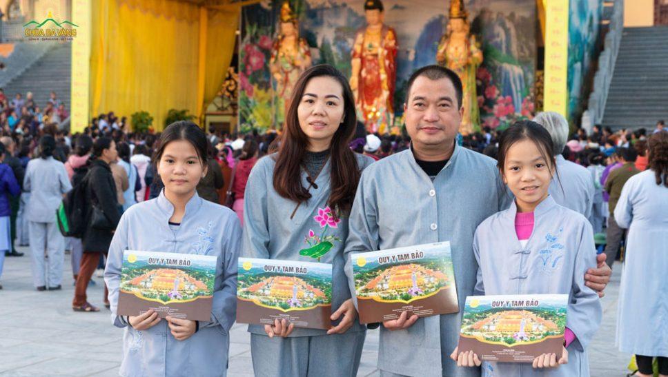 Cả gia đình về chùa cùng quy y Tam Bảo, làm người con Phật