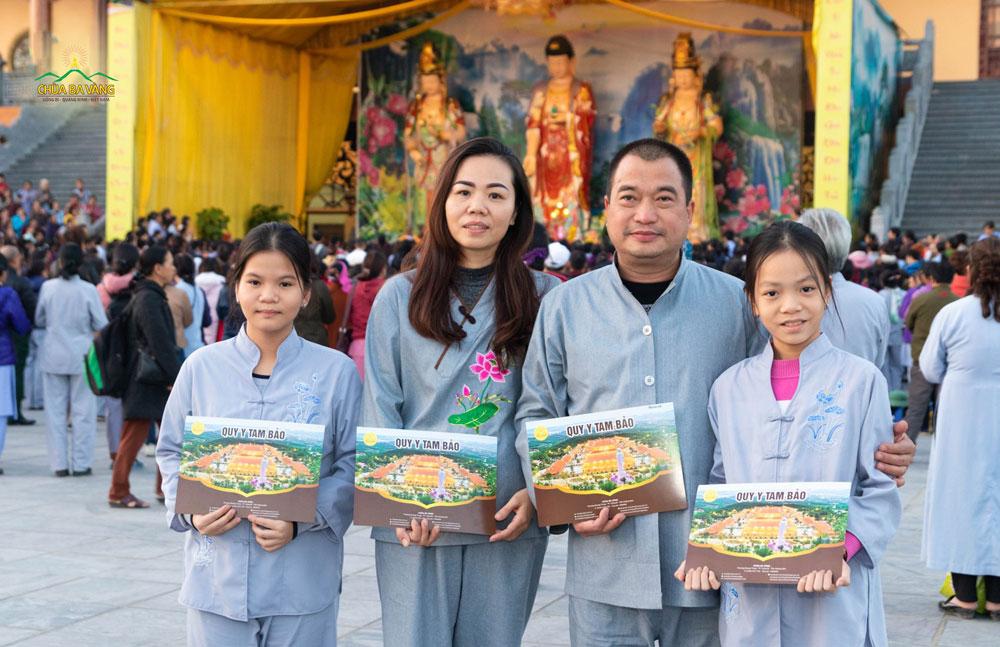 Cả gia đình về chùa cùng quy y, làm người con Phật