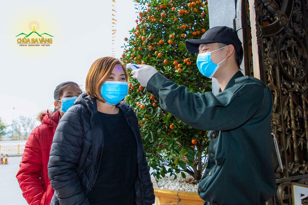 Du khách đến chùa tham quan lễ Phật đều thực hiện nghiêm túc quy định của nhà chùa