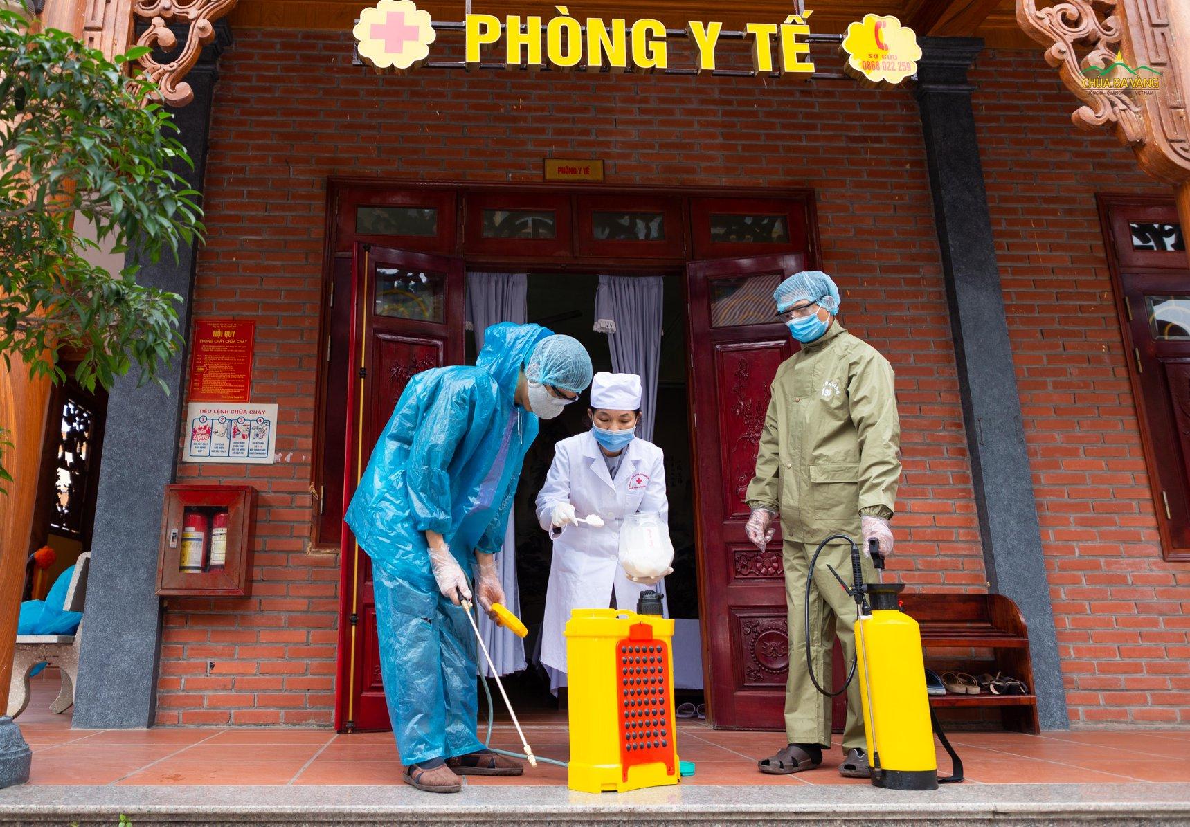 Các Phật tử pha thuốc khử trùng theo đúng hướng dẫn của Bộ Y Tế về phòng chống dịch bệnh viêm đường hô hấp cấp Covid-19 (nCoV)