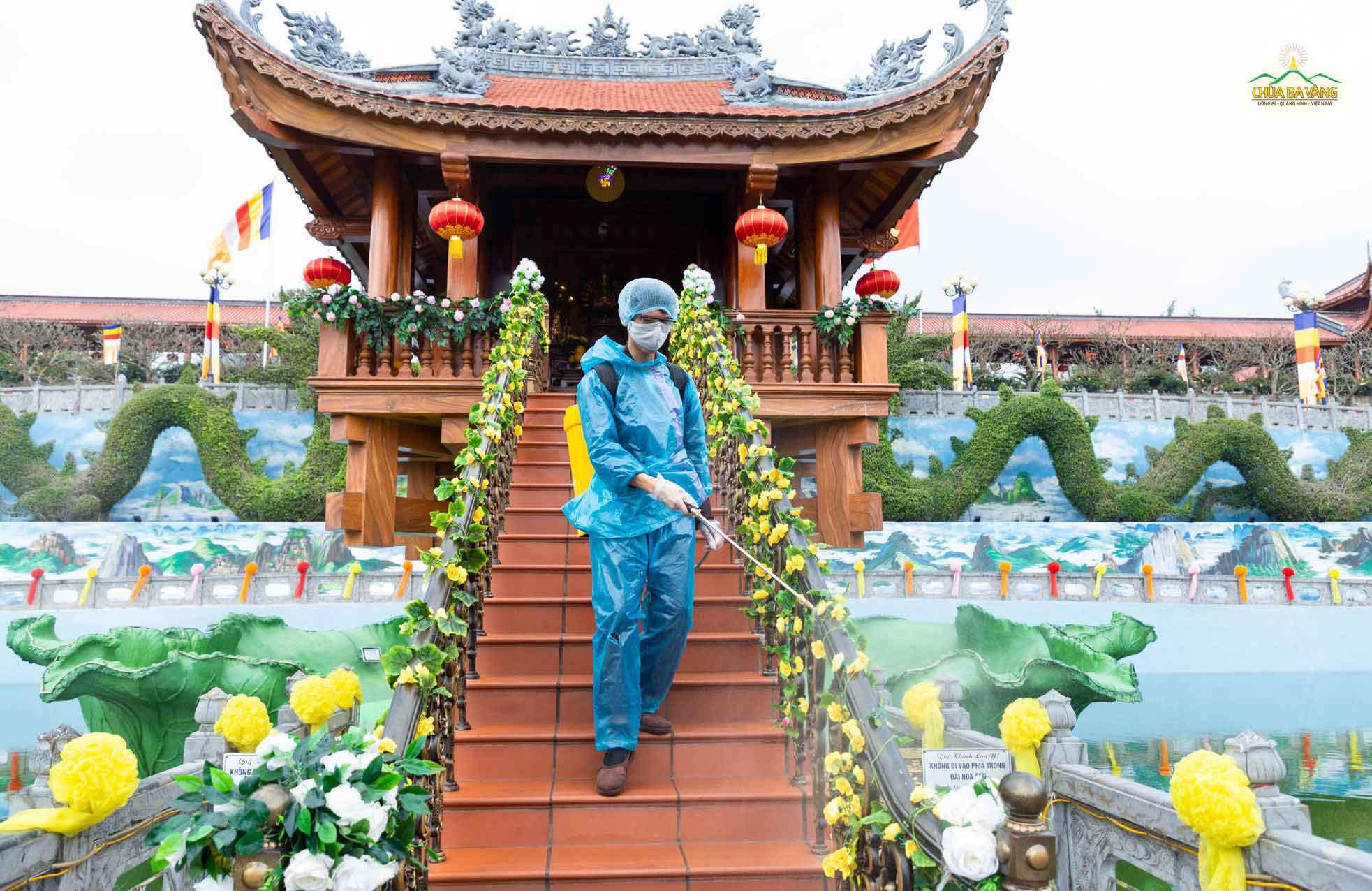 Phật tử tiếp tục phun thuốc khử trùng tại Chùa Một Cột