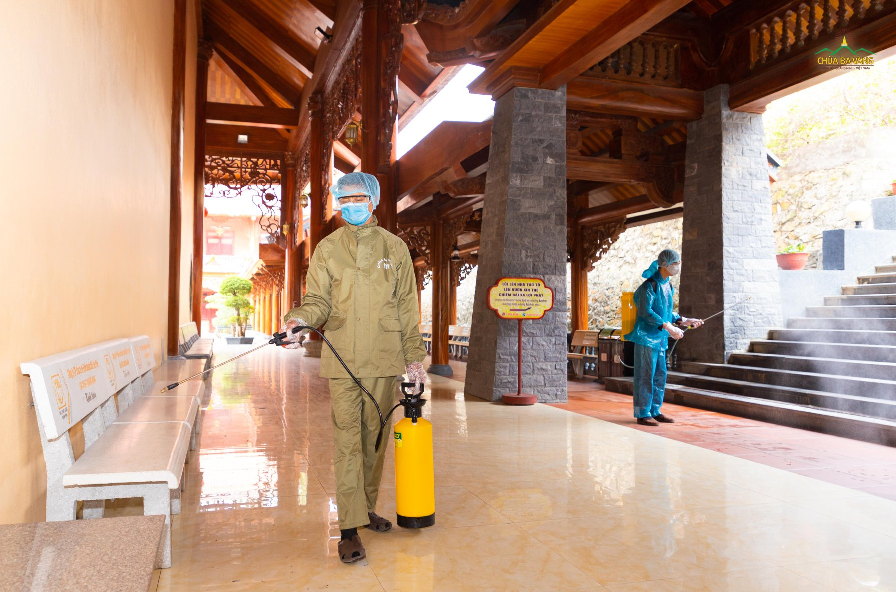 Phật tử chùa Ba Vàng vệ sinh và phun thuốc khử trùng xung quanh khuôn viên bổn tự