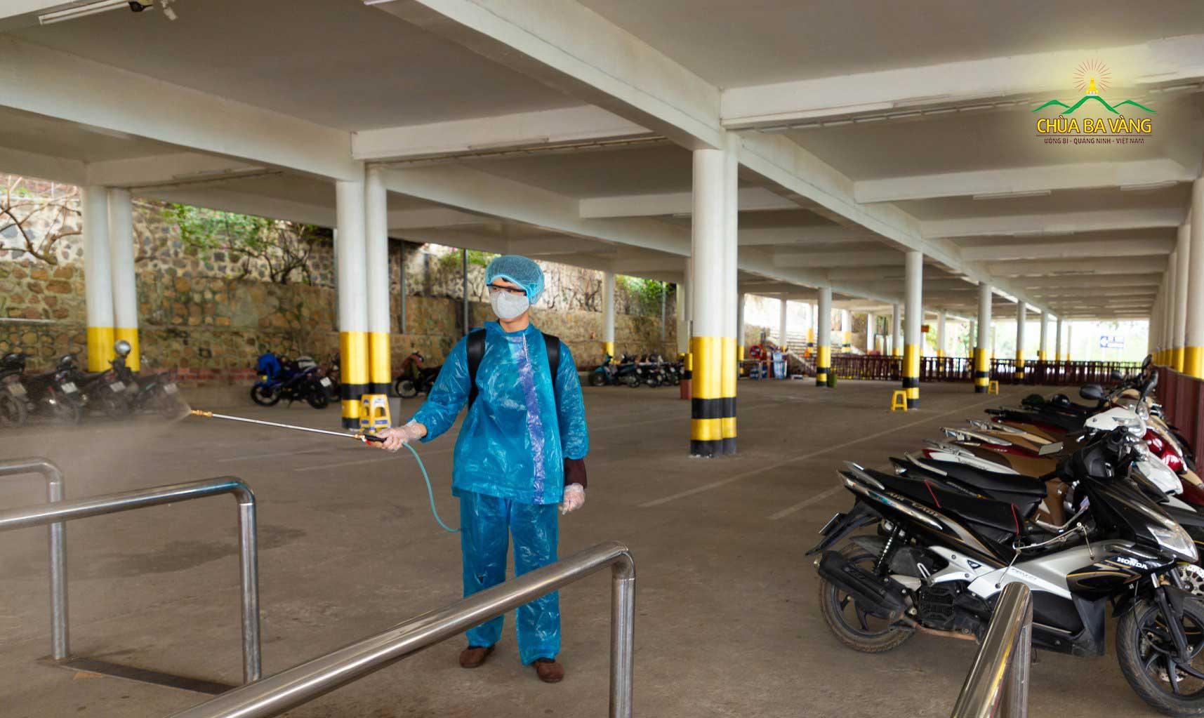 Tại các bãi xe, các Phật tử cũng tiến hành phun thuốc khử trùng rất cẩn thận