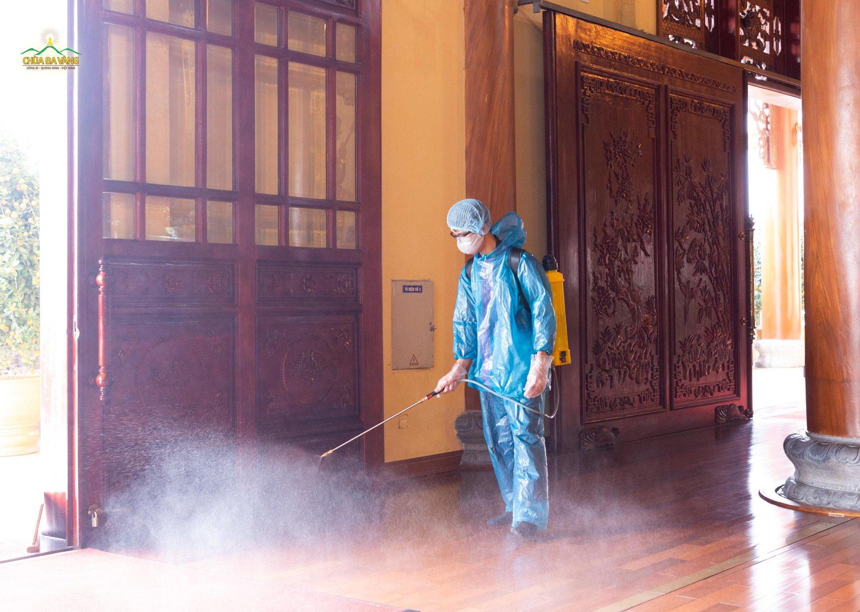 Phật tử phun thuốc khử trùng tại khu vực chính điện
