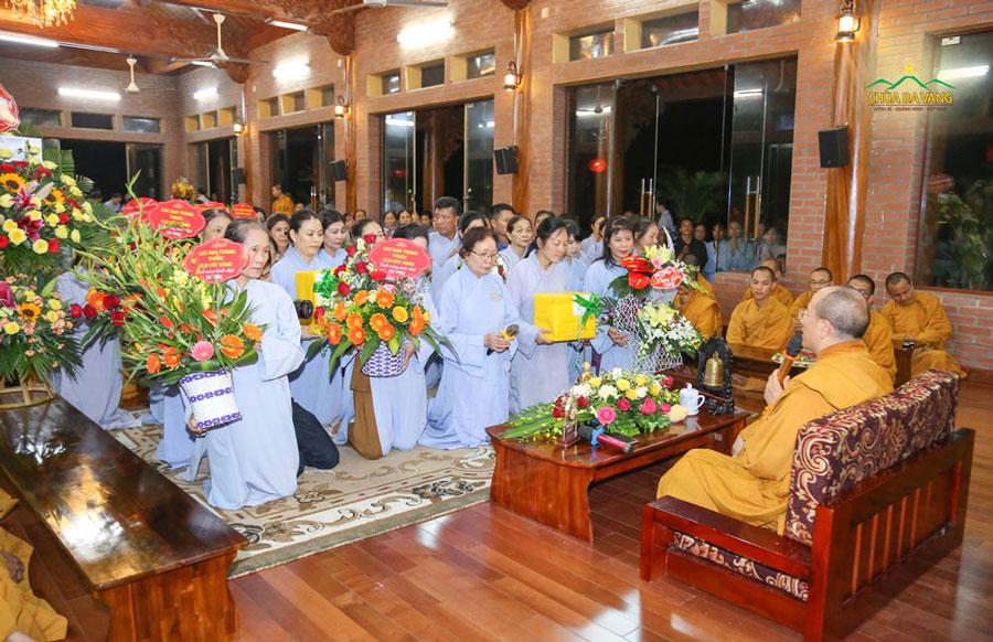 Phật tử dâng lên lời tri ân và những lẵng hoa tươi thắm chúc mừng sinh nhật Sư Phụ Thích Trúc Thái Minh