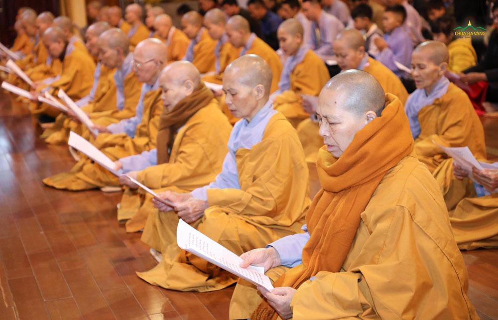 Chư Tăng, Ni chùa Ba Vàng tụng kinh Tam Bảo cầu Phật gia hộ hóa giải nạn dịch bệnh covid-19 ngày 26/1/2020 (nhằm ngày 02/01/ Canh Tý)