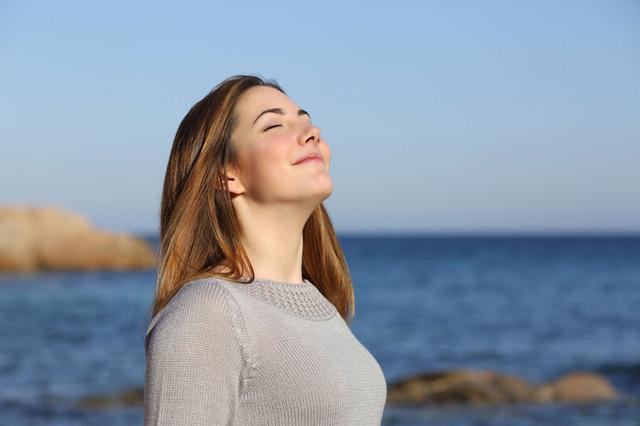 Hít thở thật sâu nhiều lần trong ngày và thở phù ra bằng miệng thật mạnh