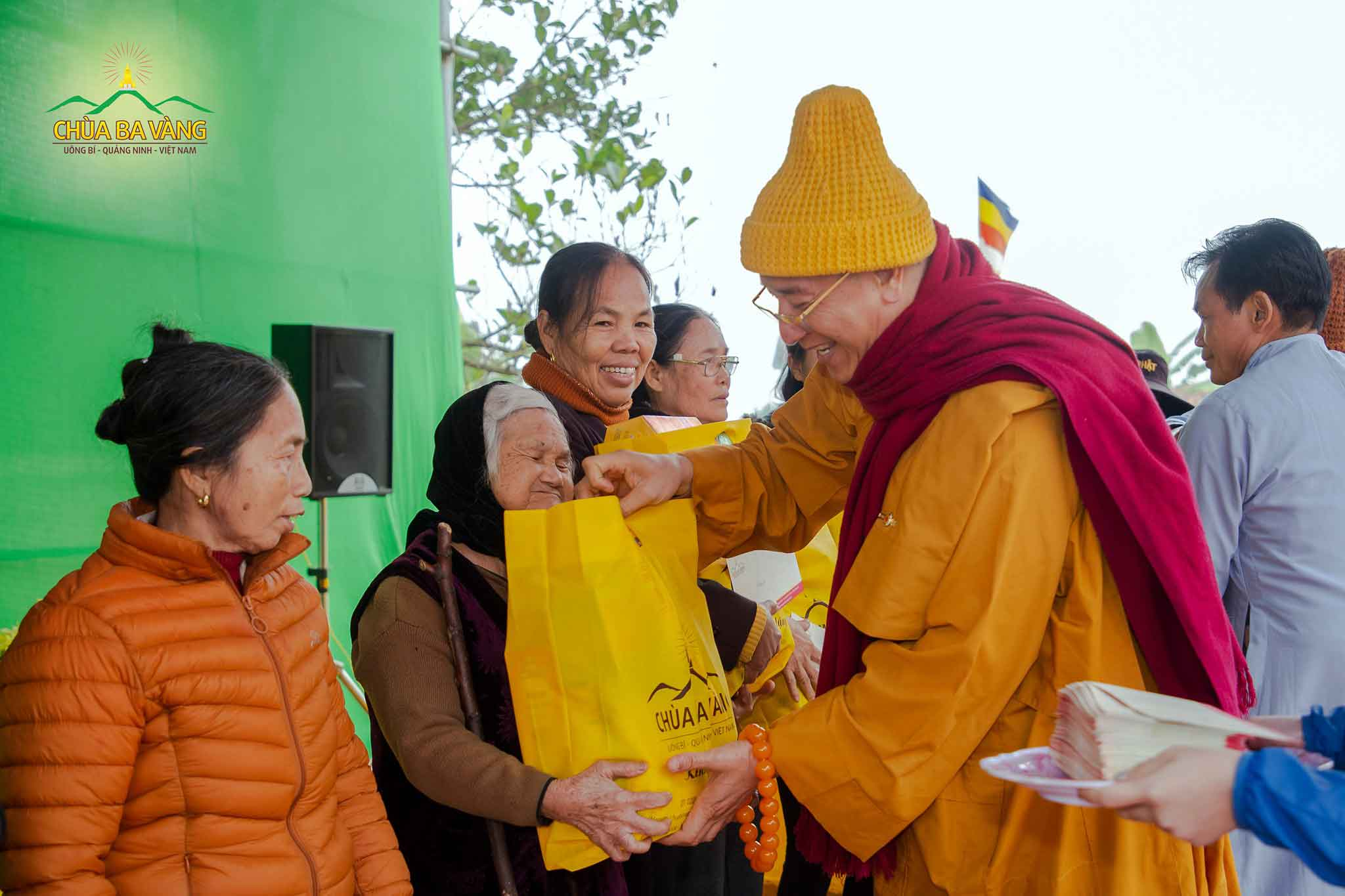 Niềm hạnh phúc của người dân khi được Sư Phụ Thích Trúc Thái Minh trao tặng quà
