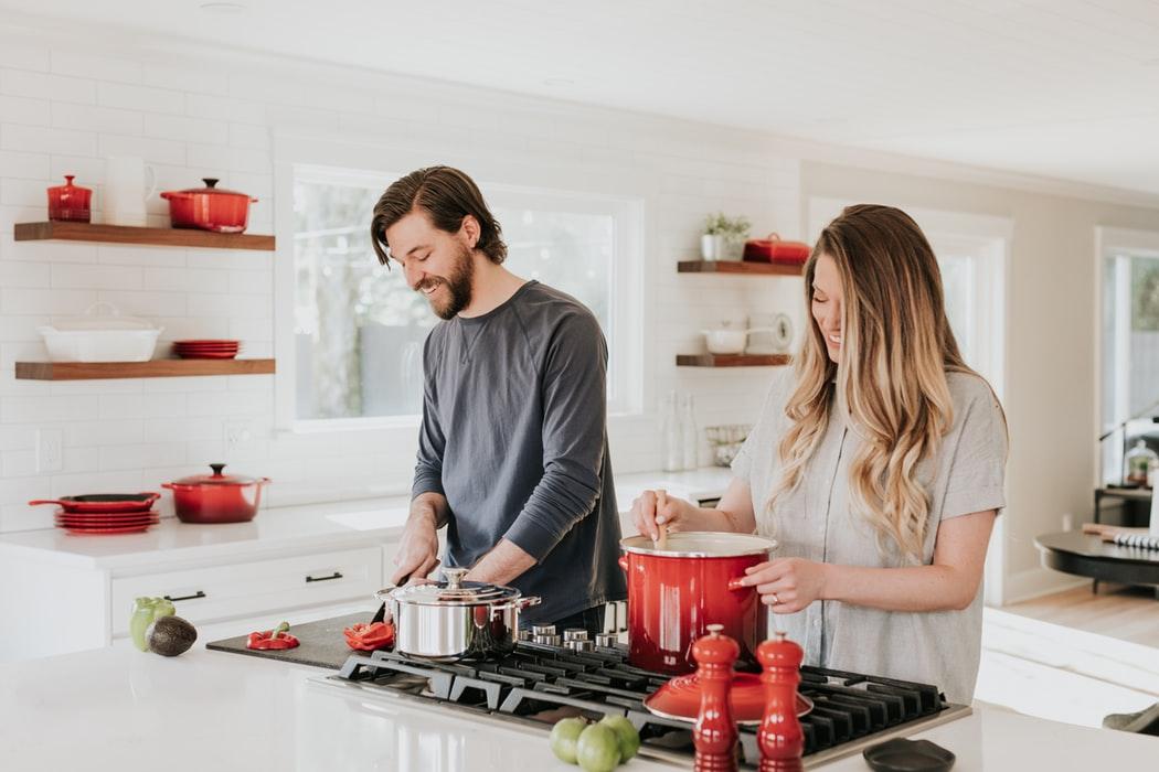 Biết quan tâm, chăm sóc vợ là một trong những đức tính đàn ông cần có để gia đình được hạnh phúc