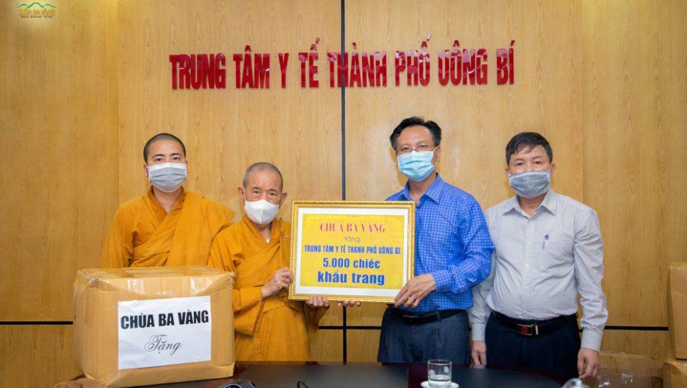 Tại Trung tâm Y tế thành phố Uông Bí, ông Vũ Hải Bình - Giám đốc Trung tâm Y tế thành phố cùng đại diện lãnh đạo Trung tâm rất vui mừng đón nhận món quà ý nghĩa và vô cùng thiết thực của nhà chùa