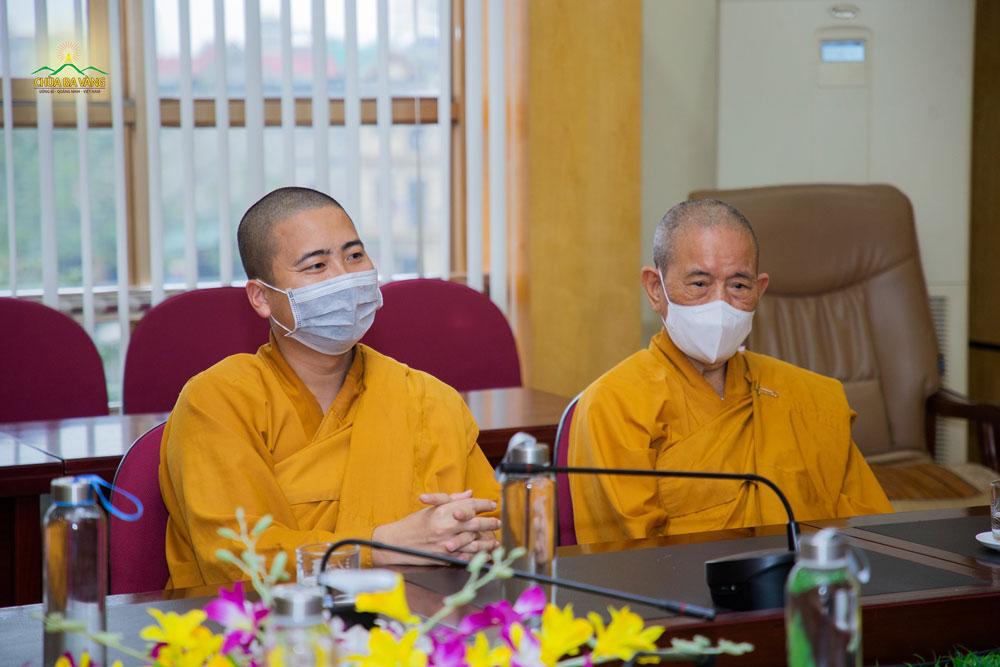 Chư Tăng chùa Ba Vàng chia sẻ với lãnh đạo Trung tâm tại buổi trao tặng khẩu trang
