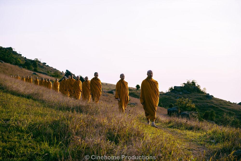 Chư Tăng chùa Ba Vàng thực hành thiền hành trong chính niệm, tỉnh thức