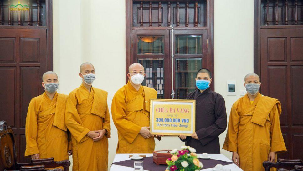Sư Phụ Thích Trúc Thái Minh, đại diện chư Tăng chùa Ba Vàng đã phát tâm ủng hộ 300.000.000 VNĐ (Ba trăm triệu đồng) để cùng cả nước chung tay, góp sức vào công cuộc phòng, chống, đẩy lùi dịch bệnh