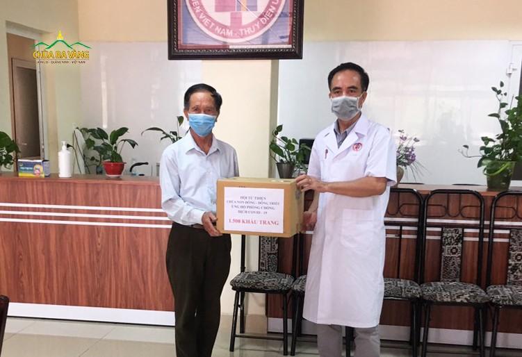 Phật tử chùa Ba Vàng trao tặng Bệnh viện Việt Nam - Thụy Điển số tiền 5.000.000 VNĐ ( Năm triệu đồng) chung tay đẩy lùi dịch Covid-19