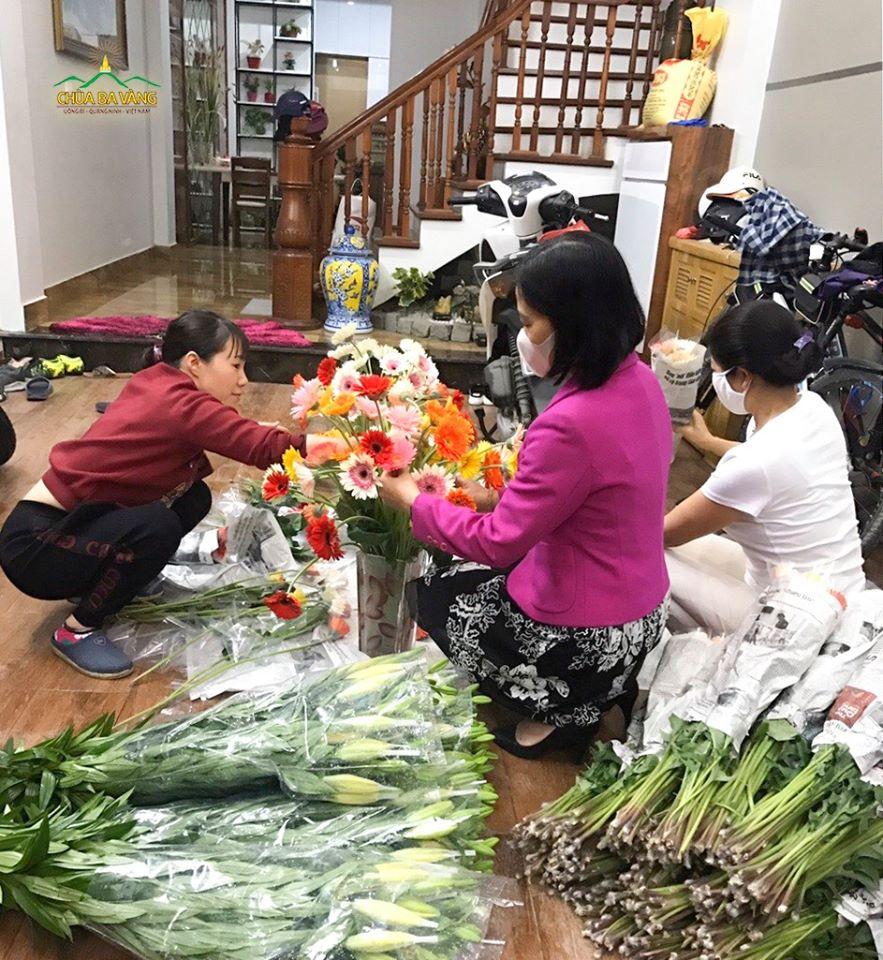 """Trong thời điểm dịch bệnh bùng phát, việc tiêu thụ hoa trở nên khó khăn đối với người dân làng hoa Tây Tựu. Thực hành lan tỏa yêu thương trong mùa dịch COVID-19, Phật tử chùa Ba Vàng tại Hà Nội đã cùng nhau """"giải cứu"""" hoa, giúp đỡ các gia đình đạo hữu tại làng hoa Tây Tựu trong khả năng của mình. Với tinh thần yêu thương, san sẻ của người con Phật, lượng hoa đã nhanh chóng được tiêu thụ"""