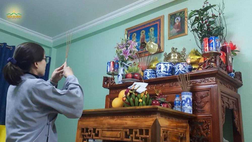 Phật tử cúng lễ tại gia