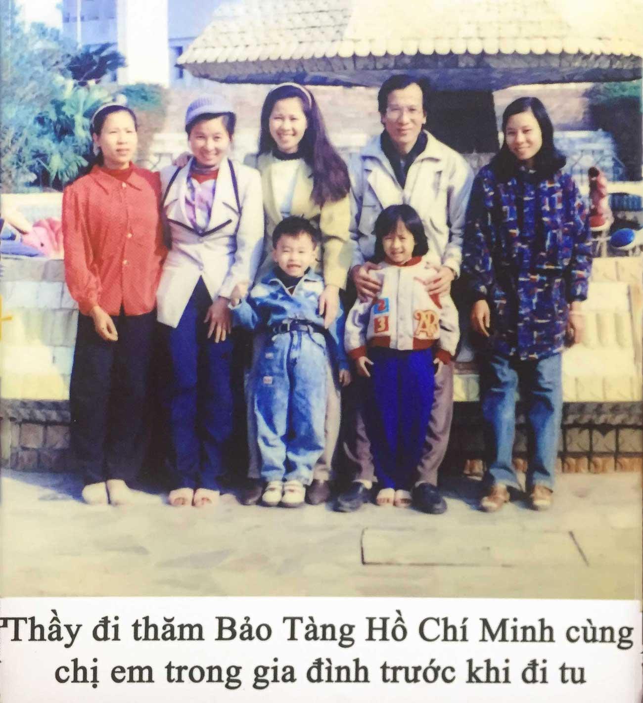 Chị em trong gia đình cùng Thầy Thích Trúc Thái Minh đi thăm Bảo Tàng Hồ Chí Minh trước khi Thầy đi tu