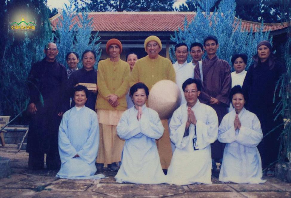 Thầy Thích Trúc Thái Minh cùng với nhóm bạn lên tàu vào Đà Lạt phát tâm Bồ Đề