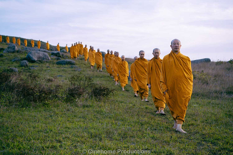 Thầy Thích Trúc Thái Minh mong nguyện xây dựng được Tăng đoàn tu tập như thời Đức Phật còn tại thế (Hình ảnh Tăng đoàn chùa Ba Vàng tu tập trên rừng)
