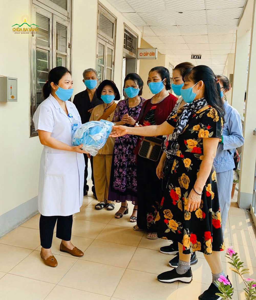 Phật tử đạo tràng Trúc Thắng phát tặng khẩu trang tại Bệnh viện Đa khoa tỉnh Điện Biên