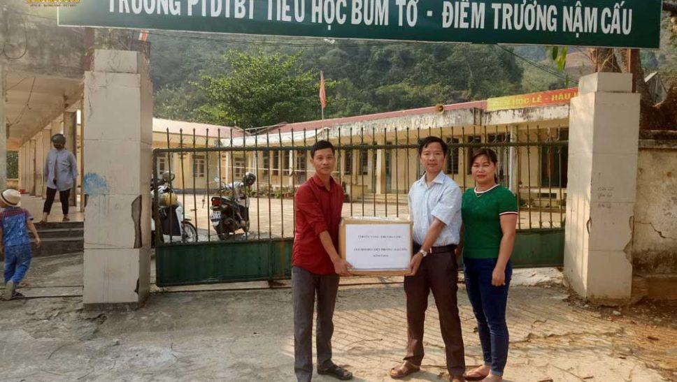Ngày 22/3/2020, các Phật tử CLB Tịnh Đức Liên Phương đã đại diện CLB Cúc Vàng trao tặng 1000 chiếc khẩu trang cho Ban Giám hiệu điểm trường Nậm Cấu, huyện Mường Tè, tỉnh Lai Châu để hỗ trợ cho các học sinh khi đi học trở lại