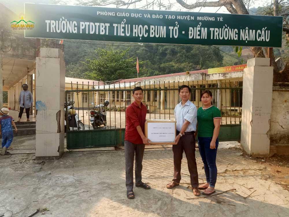 Phật tử CLB Tịnh Đức Liên Phương đã đại diện CLB Cúc Vàng trao tặng 1000 chiếc khẩu trang cho Ban Giám hiệu điểm trường Nậm Cấu, huyện Mường Tè, tỉnh Lai Châu để hỗ trợ cho các học sinh khi đi học trở lại