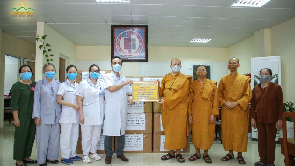 Chùa Ba Vàng cùng Bệnh viện Việt Nam Thụy Điển - Thành Phố Uông Bí chung tay phòng chống dịch Covid-19