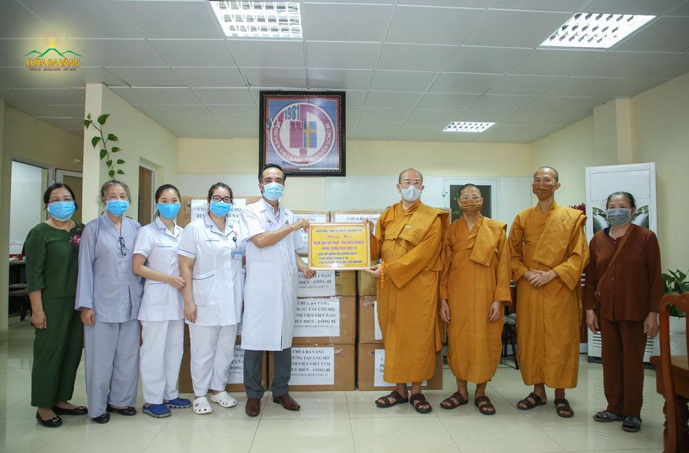 Sư Phụ Thích Trúc Thái Minh trao tặng bệnh viện Việt Nam Thụy Điển - thành phố Uông Bí 500 bộ quần áo chống dịch, 2000 khẩu trang y tế và 200 lọ nước rửa tay sát khuẩn phòng chống dịch COVID-19