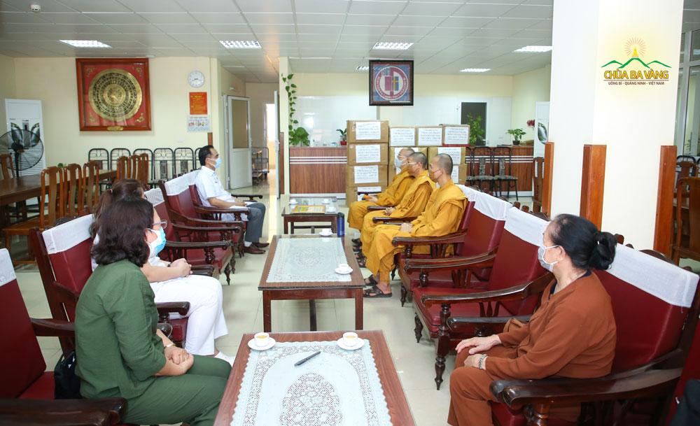 Bác sĩ Trần Viết Tiệp - Giám đốc bệnh viện Việt Nam Thụy Điển tiếp đón Sư Phụ Thích Trúc Thái Minh và chư Tăng chùa Ba Vàng tại phòng khách