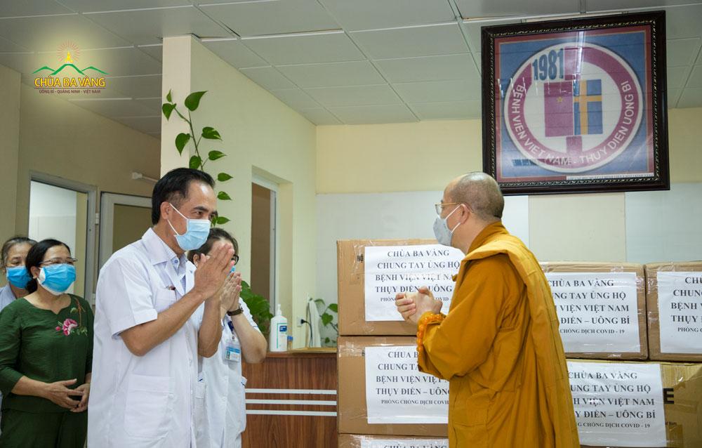 Bác sĩ Trần Viết Tiệp - Giám đốc bệnh viện Việt Nam Thụy Điển thành phố Uông Bí gửi lời cảm ơn tới Sư Phụ Thích Trúc Thái Minh và toàn thể chư Tăng chùa Ba Vàng