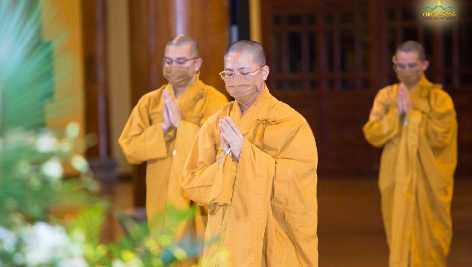 Đại Đức Thích Trúc Bảo Thành bạch Phật cầu gia hộ trước khi vào thời khóa tụng kinh