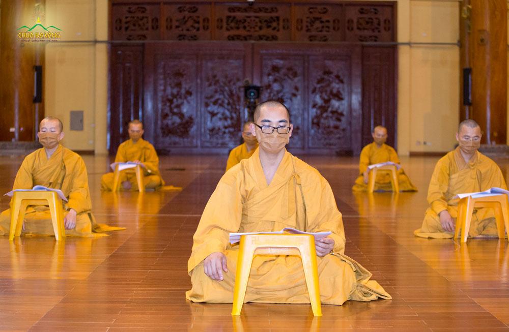 Chư Tăng chùa Ba Vàng tụng kinh Tam Bảo, kinh Dược Sư