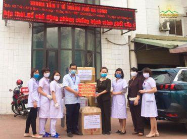 CLB Cúc Vàng - Tập Tu Lục Hòa trao tặng 30.000.000 VNĐ (Ba mươi triệu đồng chẵn); 300 bộ quần áo chống dịch và 1000 chiếc khẩu trang y tế để ủng hộ công tác phòng, chống dịch bệnh COVID-19 tại Trung tâm Y tế Tp Hạ Long