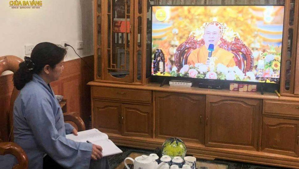 Phật tử Đặng Thị Hồng Phương chăm chú lắng nghe và ghi chép lại những lời Pháp nhũ từ lời giảng của Sư Phụ Thích Trúc Thái Minh